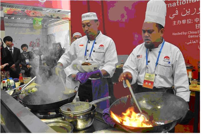 5,国内外清真烹饪大师在现场进行厨艺交流